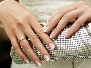 Unghie curate e lucide, ma naturali e discrete per il vostro matrimonio