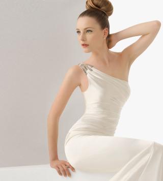 A Firenze l\'abito da sposa si propone in monospalla per le nuove collezioni della nuova stagione