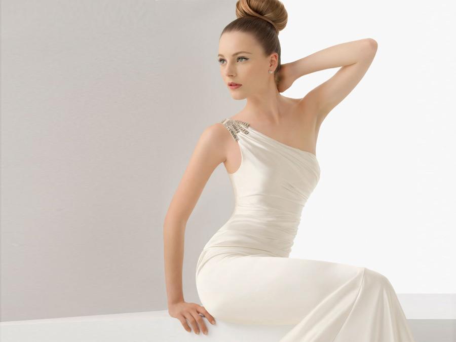 size 40 363a6 b0edc A Firenze l'abito da sposa si propone in monospalla per le ...