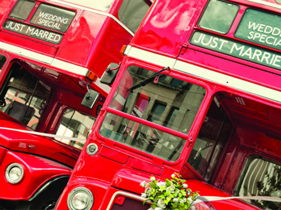 Wedding bus con sposi e invitati tutti a bordo... ed subito moda!