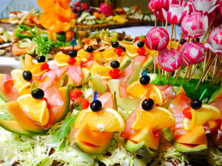 Come deve essere un bel buffet per il ricevimento di nozze? Colorato e… con tanti amici!