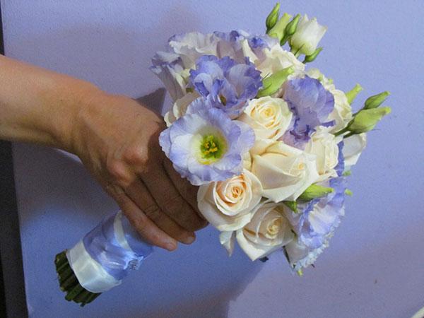 In omaggio il bouquet della sposa e da lancio scegliendo l'allestimento completo da L'angolo Fiorito