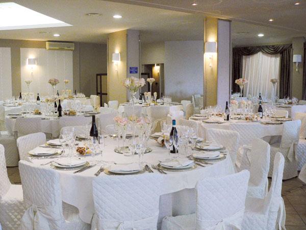 Il ristorante Dei Cacciatori propone menù di nozze feriali e fuori stagione a partire da soli 45 euro