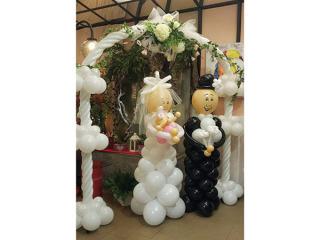 Il bouquet di palloncini esterno alla chiesa è in omaggio con il servizio sposa da Artefiore