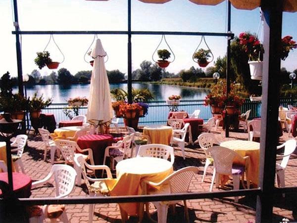 Il ristorante Lago Azzurro presenta i menù feriali e fuori stagione a partire da soli 45 euro