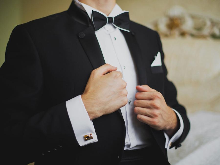 Uno sposo elegante anche con sciarpa, guanti e cappotto