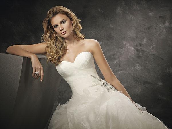Scegliendo gli abiti da sposa non in promozione e non scontati di Bidart le scarpe sono in omaggio