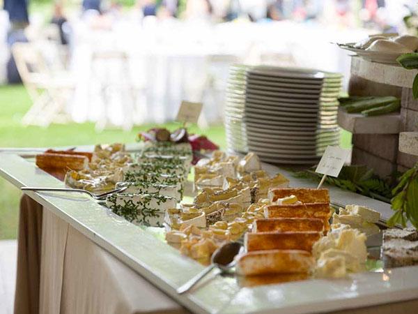 Per banchetti infrasettimanali organizzati da I Corsi Catering la torta  nuziale è in omaggio