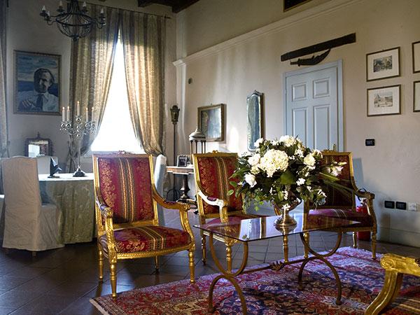 Prenotando Palazzo del Vignola, saranno messe al servizio degli sposi una Bentley o una Rolls-Royce