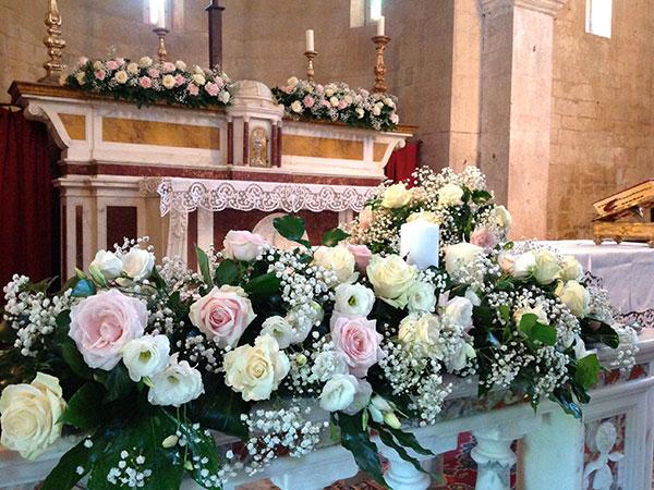 L\'allestimento della chiesa e 10 centrotavola sono proposti dal fiorista Con il Cuore a soli 800 euro