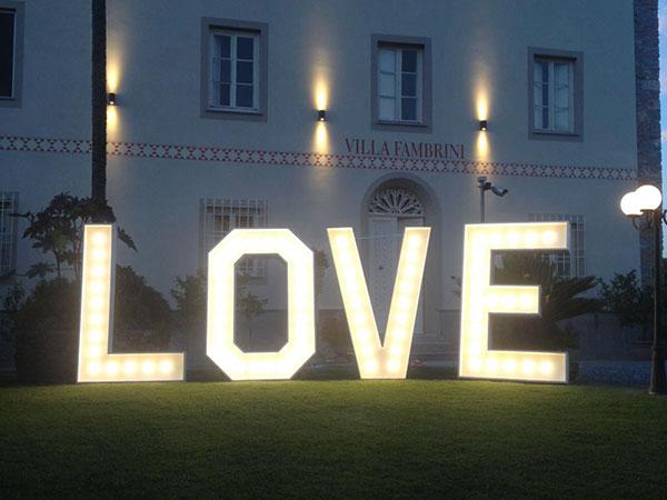 La location Villa Fambrini omaggia gli sposi con un allestimento luminoso di grande effetto