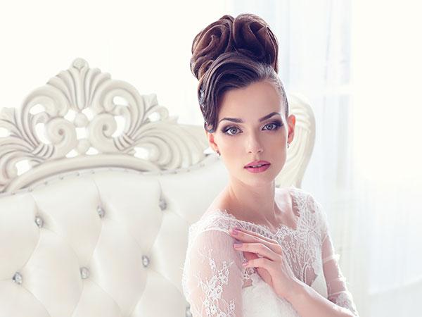 Romantici dettagli caratterizzano gli accessori della sposa e completano la favola del grande giorno