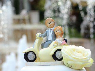 Wedding cake toppers sulla torta nuziale: una tendenza, una moda, un gioco