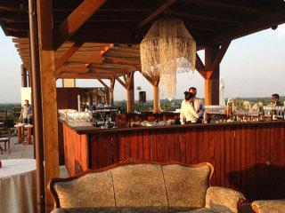 Il banchetto nuziale estivo in una splendida terrazza panoramica ha i suoi vantaggi al Grand Hotel Forlì