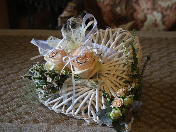 In omaggio un cuscino portafedi floreale su una spesa minima per gli allestimenti floreali da Il FiorFiore di Rilate Verde