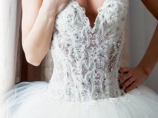 Vuoi sapere come inserire i dettagli gioiello sull' abito da sposa? Creano giochi di luce e di colore ma... meglio non eccedere