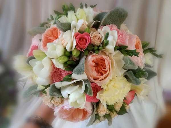 In omaggio il bouquet da lancio e l\'allestimento floreale auto per tutti gli sposi che si affidano a Crespo Garden